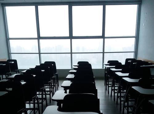 O contexto da volta às escolas: motivações, riscos e estratégias